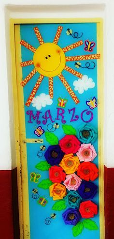 Puerta decorada del mes de Marzo Foam Crafts, Diy And Crafts, Crafts For Kids, Paper Crafts, Classroom Calendar, Classroom Door, Welcome To School, School Doors, Classroom Setting