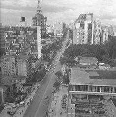 Avenida Paulista em 1969. Note o edificio Grande Avenida. Ele esta em construcao ou em reforma depois de um incendio?