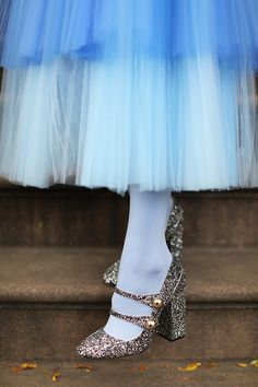 Icy blues // Blair Eadie wearing a neon blue tulle skirt with colored tights, shoes, and a Balmain jacket // Click through for more holiday dressing ideas and fall fashion on Atlantic-Pacific Blue Tulle Skirt, Tulle Dress, Tulle Skirts, Tulle Tutu, Blue Tights, Colored Tights, Look Casual, Casual Chic Style, No 21 Shoes