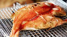 全国の干物好きが足を運ぶという伊豆・下田のひもの屋〈ひもの万宝〉。ここでは、買ったものを焼いて、食べることができるのです。お目…