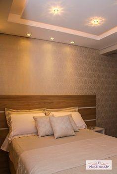 Em tons neutros, este projeto foi idealizado com sofisticação e aconchego. A cabeceira da cama foi trabalhada com painéis negativados, papel de parede e iluminação, que valoriza o revestimento. Projeto by Basi Arquitetura.