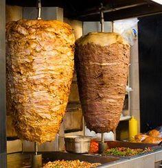 Le mot shawarma (شاورما en arabe) désigne surtout une technique de cuisson. Des morceaux de viande (poulet, veau ou boeuf) sont marinés et enfilés sur une broche en alternance avec des morceaux d…
