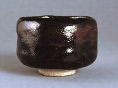 清寧軒焼 黒楽茶碗 銘「妹嶋夕照」(口径10.6cm/高さ8.0cm、和歌山県立博物館)。紀伊徳川家11代藩主斉順(1801~46)が、別邸・湊御殿などで焼かせた御庭焼が清寧軒焼である。本品は、「妹嶋夕照」と名付けられた黒楽茶碗で、黒釉の上に赤い発色が雲状にあらわれており、高台脇から下は無釉である。高台の中央には陽印刻銘で「樂」とあり、高台脇には朱銘で「照」とある。了々斎が「妹嶋夕照」と命名したことを記す箱書がある。
