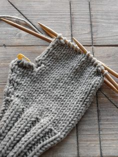 Knitted gloves for the winter season - Suzy& Fashion Knitted gloves for the winter season DIY Knit mittens - mxliving. How To Start Knitting, Easy Knitting, Knitting Patterns, Crochet Patterns, Scarf Patterns, Beginner Knitting Projects, Knitting For Beginners, Knit Mittens, Knitted Gloves