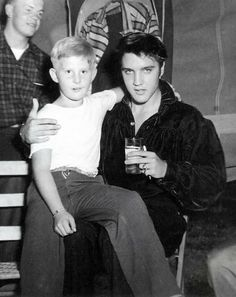 elvis sitting with young Forrest Gump! - Elvis Presley with a young fan at the Tupelo concert, September Elvis Presley Priscilla, Elvis Presley Photos, Rock And Roll, Are You Lonesome Tonight, Young Elvis, Chuck Berry, Graceland, Celebs, Celebrities