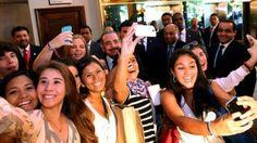 Turistas se hacen selfie con el presidente Danilo Medina http://www.audienciaelectronica.net/2014/03/13/turistas-se-hacen-selfie-con-el-presidente-danilo-medina/