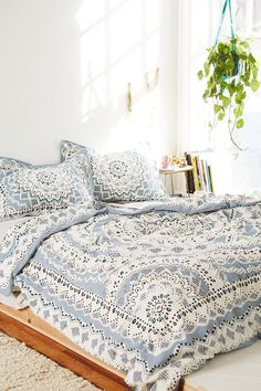 Bohemian Bedroom Decor Ideas - Learn how you can master bohemian space design with these bohemia-style spaces, from eclectic bed rooms to relaxed living areas. Dream Bedroom, Home Bedroom, Bedroom Decor, Bedrooms, Bedroom Ideas, Duvet Covers Urban Outfitters, Urban Outfitters Bedding, Style Deco, Home And Deco