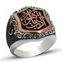 Gümüş Osmanlı Yüzükleri - Arapça Edep Yahu yazılı 925 ayar gümüş erkek yüzüğünde kırmız altın kaplama bulunur. Osmanlı dönemine ait yüzüğün yanlarında vav harfleri bulunmaktadır. / http://www.yuzuksitesi.com/gumus-osmanli-yuzukleri-10091