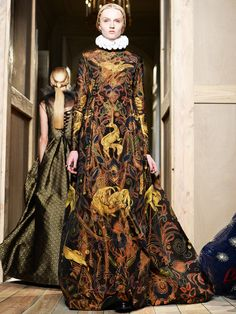 Valentino!  Die gesamte Kollektion ist von den Tudors inspiriert und vom 400. Todestag William Shakespears.