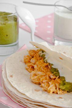 Hoy os traemos una receta mexicana que os encantará. Son burritos de pollo, deliciosas tortillas de trigo rellenas, en esta ocasión, de pollo en salsa, gu