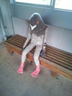 bibidebabideboo:    駅の待合室にある鳥の置物(?)キモすぎワロタ(via Twitter / maaka226: 駅の待合室にある��)(via linoleums)