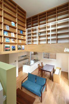 オーワークスが目黒区碑文谷にSE構法で建築した3階建て注文住宅です。1階にはウッドデッキ、吹き抜けには書庫があり、開放的な空間の建物です。 Divider, Loft, House Design, Interior, Table, Safety, Engineering, Furniture, Home Decor