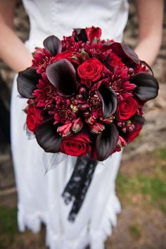 There's no bride without a bouquet! Halloween weddings are unique and I think that every touch and detail on your big day should be unusual. A traditional Halloween wedding bouquet is dark red roses or callas. Lily Bouquet Wedding, Lily Wedding, Bridal Bouquets, Vampire Wedding, Deco Floral, Floral Design, Vintage Floral, Vintage Gothic, Victorian Gothic Wedding