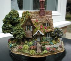 Shades of Summer Miniature Crafts, Miniature Fairy Gardens, Miniature Houses, Eclectic Sculptures, Medieval Houses, Garden Whimsy, Gnome House, House Ornaments, Ceramic Houses