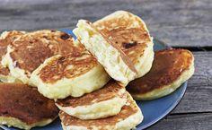Prosty i sprawdzony przepis na racuchy drożdżowe z twarogiem. To pyszne, tradycyjne placki na drożdżach z dodatkiem sera białego pieczone są na patelni bez tłuszczu. To świetny pomysł na śniadanie dla dzieci. Happy Foods, Nutella, Baked Goods, Pancakes, Brownies, Food And Drink, Meat, Cooking, Breakfast
