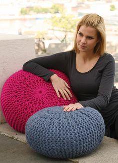 Du kan hurtigt komme med på boligmoden med disse puffer strikket i retstrik på pinde 15