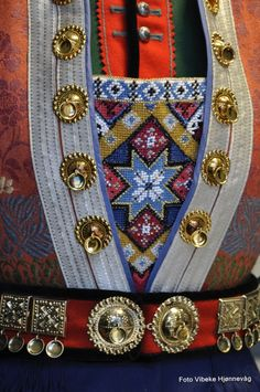 norwegian bunad with solje, embroidered breastcloth Art Costume, Folk Costume, Sweden Costume, Norwegian Vikings, Costumes Around The World, Scandinavian Art, My Heritage, Traditional Dresses, Norway