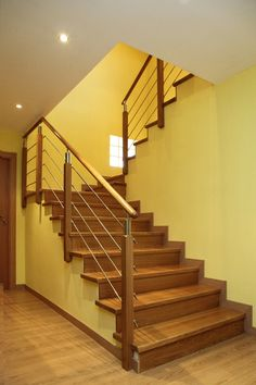 Barandillas y escaleras de madera, forja, hierro, acero inoxidable y cristal. Staircase Railing Design, Balcony Railing Design, Iron Stair Railing, Stair Handrail, Steel Stairs, Wood Stairs, House Stairs, U Shaped Stairs, Outside Stairs