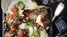 Vanha tuttu ruoka, pasta ja pullat, maistuu ja näyttää uudenlaiselta uunissa paistettuna.