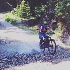 Spray!!!  #strongher #shero #ontherivet #sixs #smithwomen #vittoriatires #bicilive #womenscycling #girlpower  #bikesgirls  #twcweride #igerscycling #likeagirl #cycling #cyclingshots #velo #instadaily #me #radgirlslife #lifebeyondwalls #cyclinglife