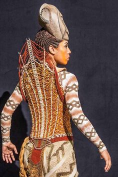 A costume from the broadway production of the Lion King Lion King Broadway, Lion King Theatre, Lion King Musical, Broadway Costumes, Theatre Costumes, Musical Rey Leon, Nala Lion King, Theatre Shows, Broadway Theatre