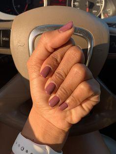 UV gel: the good tips for choosing it - My Nails Dark Skin Nail Polish, Dark Skin Nail Color, Dark Gel Nails, Plum Nails, Dnd Gel Polish, Maroon Nails, Colors For Dark Skin, Gel Polish Manicure, Gel Polish Colors