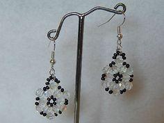 boucles d'oreilles rocailles noires flocon en perles de verre facettes blanc  €4