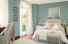 Dormitorio en blanco y azul.
