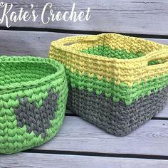А вот и квадратная большая корзиночка. Вмещает в себя большое количество клубочков для вязания⚪⚫ #kate_s_crochet #newyearpresent #интерьерныекорзинки #т-пряжа #трикотажнаяпряжа #пряжалента #вяжуназаказ #вяжукрючком