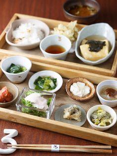 京都・大原産の無農薬野菜をたっぷり使った二段弁当「お昼のろろろ弁当(¥1,080)」が人気の和食店。1段目には、野菜づくしの8品の小鉢がずらり。例...