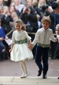Flower Boy and Page Boy throw petals when the bride and groom enter the scene. When the wedding marches, the bride and groom are looking forward to entering the stadium. Princess Eugenie Jack Brooksbank, Princess Kate, Princess Charlotte, Harry Wedding, Wedding Groom, Wedding Scene, Wedding Ceremony, Flower Girl Pictures, Eugenie Wedding