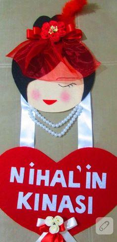 kırmızı duvaklı kadın figürü şeklinde tasarlanmış, keçe kalp içinde isim yazılı kına kapı süsü gibi ilham verici yüzlerce el yapımı kına hediyeliği önerisi 10marifet.org'da