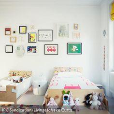 Die Wanddeko im Kinderzimmer muss nicht immer kunterbunt und verspielt sein. Eine Collage aus Bilderrahmen mit Kunstwerken des Kindes, Fotografien oder…