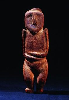 Statuette Kachina Hopi Püch Tihu, coll. BRETON  Elle représente un personnage féminin, les bras ramenés sur le corps l'un au-dessus de l'autre, les épaules haussées et épointées encadrant un visage plein sur lequel ont perduré quelques décors peints. Les jambes rondes sont fléchies. Le sexe est apparent, ce qui sous-entend que l'œuvre est d'une belle ancienneté, l'influence chrétienne ayant imposé sur les Kachina la présence de cache-sexe. Le rôle de cette Kachina reste mystérieux.