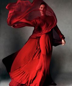 Gown for a red priestess of R'hllor Bazaar by Victor Demarchelier, November 2012 Red Fashion, Fashion News, Fashion Art, High Fashion, Fashion Poses, Fashion Shoot, Couture Fashion, Fashion Dresses, Patrick Demarchelier
