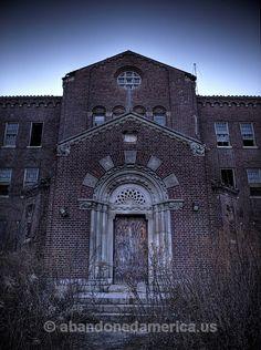 It's Pilgrim State Hospital. it's an abandoned mental hospital on Long Island. Abandoned Asylums, Abandoned Castles, Abandoned Buildings, Abandoned Places, Haunted Hospital, Abandoned Hospital, Pilgrim State Hospital, Mental Asylum, Great America