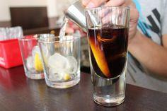 Alcohol maakt ons dikker dan we denken. De grote boosdoener? Suiker.    Zeggen dat een aperitiefje niet veel kwaad kan, is wishful thinking. Niet alleen frisdrank, maar ook wijn of andere alcoholische brouwsels zitten bomvol suikers. Ter …