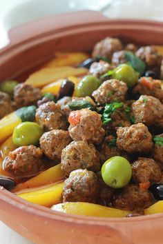 Tajine with meatballs, potatoes and olives. Everything is cooked in a tomato sauce. If you do not have a terracotta tajine, no problem. Use a casserole or large skillet with lid. A simple dish, complete and comforting.