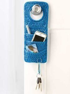""" Doorknob Organizer - this crochet pattern is not free BUT it should not be too difficult to make one like it! what a neat idea! Shawl Crochet, Love Crochet, Crochet Gifts, Diy Crochet, Crochet Stitches, Crochet Stocking, Crochet Case, Crochet Flowers, Crochet Projects"