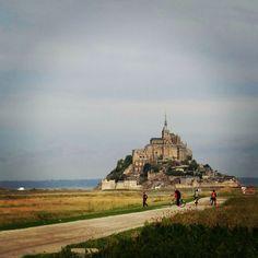 E no dia dos anjos a gente visita o Monte Saint-Michel e sua abadia dedicada ao Arcanjo Miguel. Corre lá no blog para conhecer mais um pouco sobre o segundo maior destino de turistas na França. #viajarcorrendo # #viagem #trip #travel #instatravel #travelgram #travelblogger #instabloggers #blogsdeturismo #blogsdeviagem #blogsdeviagens #globetrotter #wanderlust #worldtraveller #quetalviajar #queroferiasagora #thefabulousproject #anjo #anjos #arcanjo #miguel #arcanjomichel #montsaintmichel