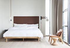 Atmosfera nordeuropea e mobili in legno di pino per una delle 180 camere da letto. Design Grzywinski+Pons. Sgabello della serie Cork Family, realizzata nel 2004 da Jasper Morrison per Vitra