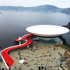 louis-vuitton-cruise-show-Es-Devlin-fashion-Niemeyer-Niteroi-museum_dezeen_SQ.jpg (936×936)