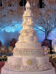 World's most extravagant wedding cakes for budget-busting brides - Storytrender You are in the right place about wedding cakes vintage blue Here we offer you the most beautiful pictures about the wedd Huge Wedding Cakes, Castle Wedding Cake, Extravagant Wedding Cakes, Elegant Wedding Cakes, Beautiful Wedding Cakes, Wedding Cake Designs, Wedding Cake Toppers, Beautiful Cakes, Fairytale Wedding Cakes