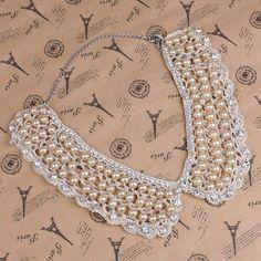 Gola de crochê bege com pérolas e strass - Bijoux Anciens    Crochet maxi collar…
