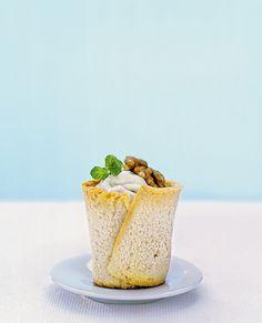 Per uno stuzzichino invitante con cui accompagnare un superbo aperitivo, prova la ricetta dei cestini alla mousse di formaggio e noci di Sale&Pepe.