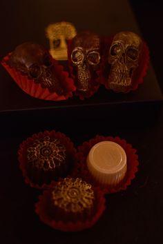 Vegan chocolatebox: darkbox full of steampunk style pralines and dusty skulls. www.mokkapuu.com