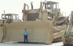 The Acco super bulldozer is the largest dozer EVER built. It weighs 366 thousand pounds with Twin 600 horsepower Caterpillar engine. It was built in Italy by the ACCO company Heavy Construction Equipment, Construction Machines, Heavy Equipment, Caterpillar Equipment, Caterpillar Bulldozer, Earth Moving Equipment, Big Tractors, Armored Truck, Crawler Tractor