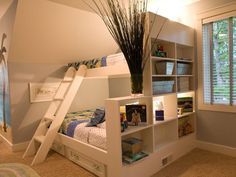 Nowoczesne łóżko piętrowe za regałem