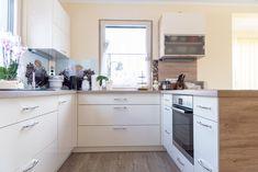 Diese Küche im HARTL HAUS Kundenhaus bietet viel Stauraum und einen lichtdurchfluteten Kochbereich. Kitchen Cabinets, Room, Home Decor, Carpentry, Closet Storage, Interior, Homes, Dekoration, Bedroom