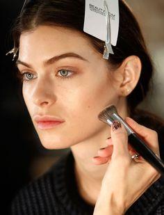 Appliquer de la poudre sur l'ensemble de votre visage